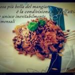 Noodles di soia con manzo piccante e basilico (ricetta senza glutine e lattosio, variante per vegani)