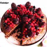 Torta divina con ganache al cioccolato al latte e frutti di bosco