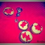 Cupcake al cioccolato al latte con frosting al cioccolato bianco e decorazione in pasta di zucchero (con e senza glutine, senza lattosio e vegani)