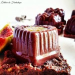 Budino al cioccolato su letto di biscotti croccanti e cuore di marmellata di fichi senza glutine